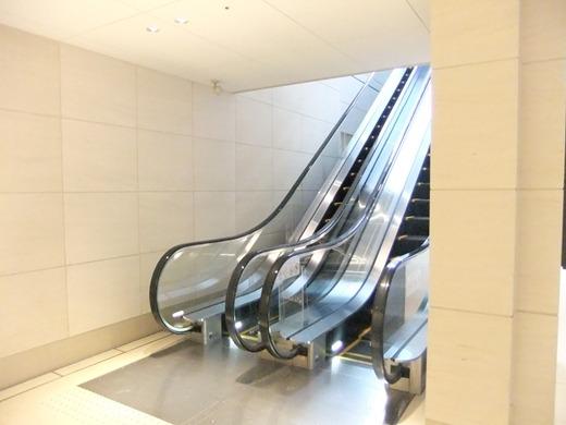 左側のエレベーターを上がると・・・